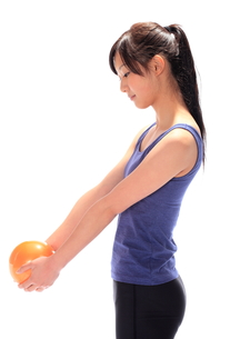 ウエイトボールを持つ女性 FYI00086437
