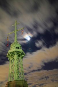 旧新港第5突堤信号所-夜景-縦- FYI00089652