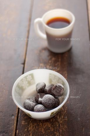 スノーボールクッキーとコーヒー FYI00092491