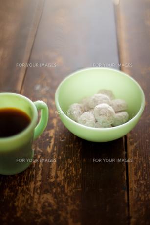 スノーボールクッキーとコーヒー FYI00092630