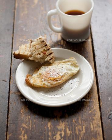 目玉焼きとパンとコーヒーの朝食 FYI00092746