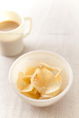 ポテトチップスとミルクコーヒー FYI00092937