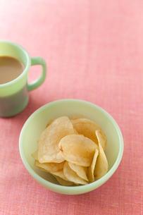 ポテトチップスとミルクコーヒー FYI00092956
