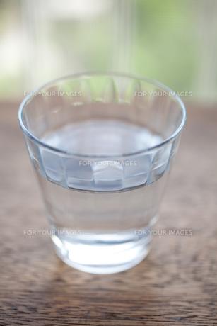 グラスと水 FYI00093114