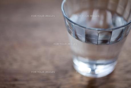 グラスと水 FYI00093123