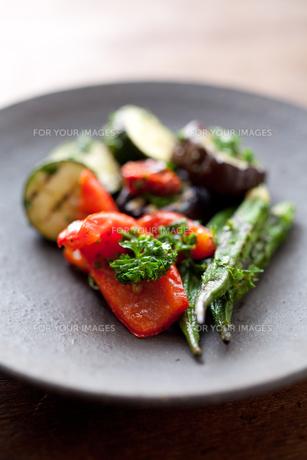 焼き締めの器に盛った夏野菜のマリネアップ FYI00093163