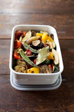 保存容器に盛った夏野菜のマリネローアングル FYI00093219
