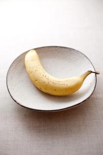 粉引きの和食器とバナナ FYI00093519