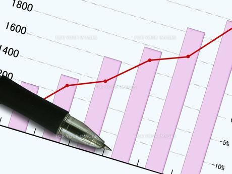グラフとボールペン FYI00099376