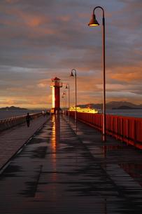 雨上がり、夕日に輝くガラスの灯台 FYI00105613