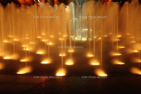 ライトアップされた噴水 FYI00105617