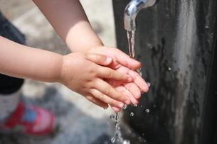 手洗いをする子供 FYI00105652