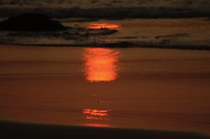 砂に映る朝日 FYI00105737