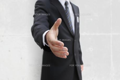 握手を求めるビジネスマン FYI00107893
