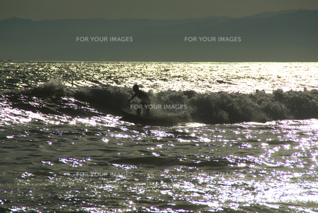 夕暮れの海とサーファー FYI00108905