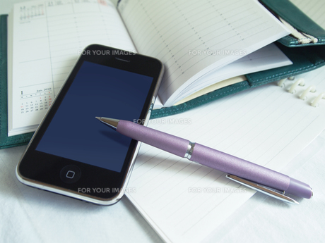 携帯電話のあるデスク FYI00108956