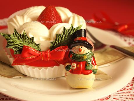 クリスマスケーキと雪だるま FYI00108960