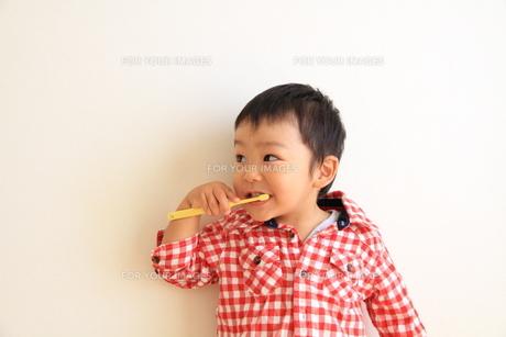 歯磨きしながらチラリ FYI00109793
