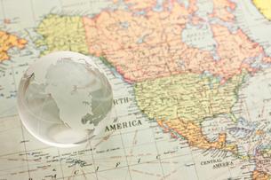世界地図と地球儀 FYI00110129