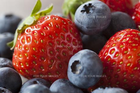イチゴとブルーベリー FYI00111574