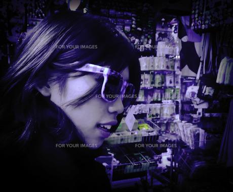 雑貨店内のサングラス女性 FYI00112216