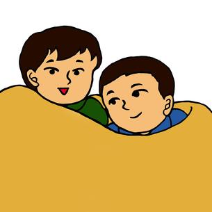 毛布に包まり身を寄せ合う小学生低学年くらいの男の子2人 FYI00112868