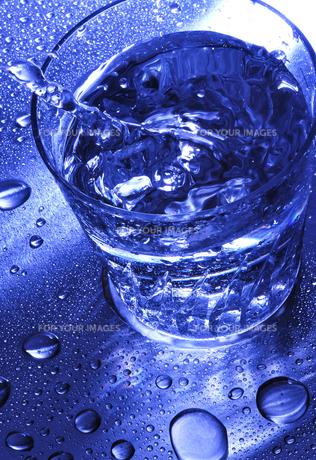 グラスと水滴 FYI00114361