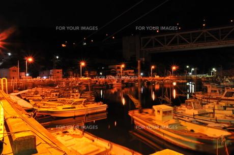 黒い海、船、橋 FYI00115575