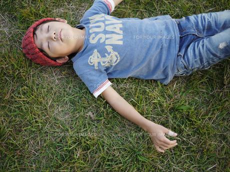 芝生で寝る子供 FYI00116585