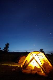 キャンプ場の夜明け FYI00117438