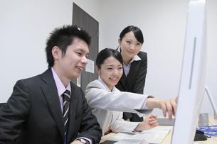 オフィスで働く女性新入社員と上司 FYI00118170