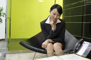 オフィスで書類を見つめる若いビジネスウーマン FYI00118187