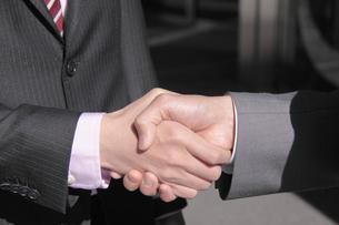 握手するビジネスマンの手 FYI00118217