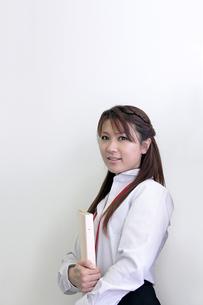 ファイルを抱える若いビジネスウーマン FYI00118219
