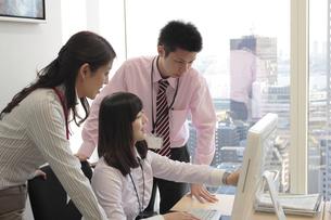 オフィスで働くビジネスマンたち FYI00118226