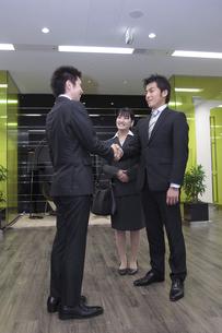オフィス 握手をするビジネスマン FYI00118245