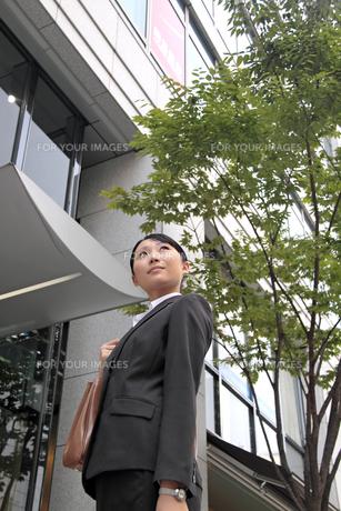 オフィス街の若いビジネスウーマン FYI00118264