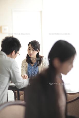 キャンパスシーン 昼休みの学生たち FYI00118341