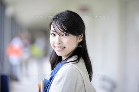 笑顔で振り向く女子学生 FYI00118382
