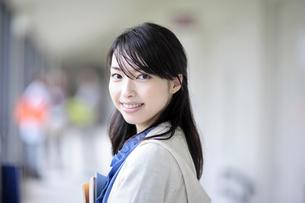 笑顔で振り向く女子学生の素材 [FYI00118382]