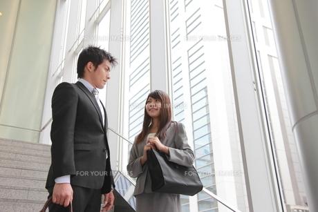 ビジネス 階段にいる男女 FYI00118458