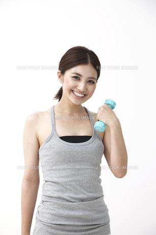 笑顔で筋トレをする女性 FYI00118548
