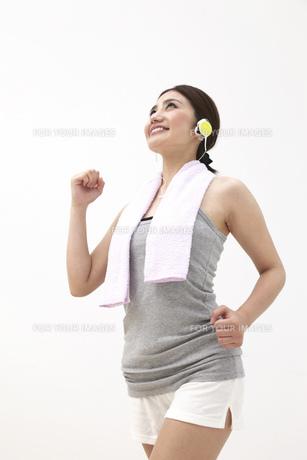 ジョギングをする女性 FYI00118561