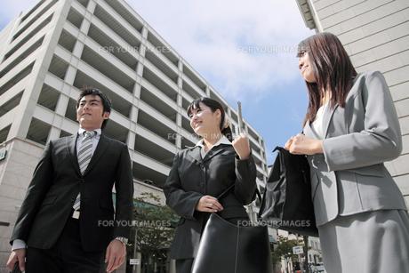 並んでオフィス街を歩くビジネスマンとビジネスウーマン FYI00119160