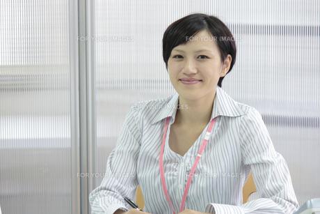 オフィスでにっこり微笑むビジネスウーマン FYI00119250