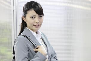 カバンを肩にかける若いビジネスウーマン FYI00119261
