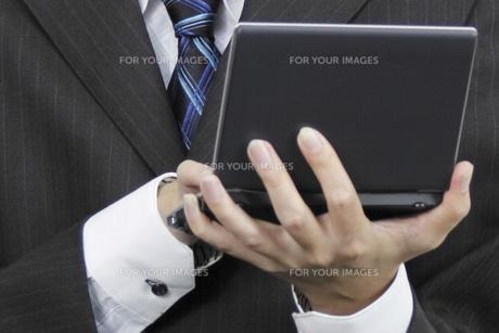 電子手帳を操作する手元 FYI00119270