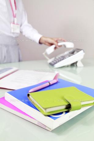 オフィス風景 電話をとる女性 FYI00119274