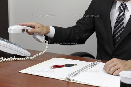 電話をとるビジネスマンの手元 FYI00119293
