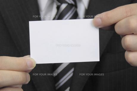 名刺を持つ手 FYI00119294